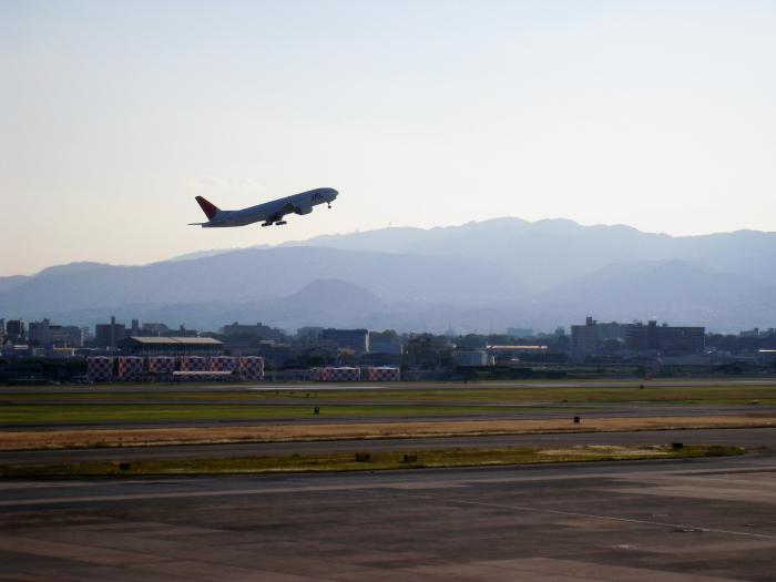 展望デッキからの景色&JAL B777-246 JAL128@大阪国際空港展望デッキ ラ・ソーラ(by IXY DIGITAL 910IS)