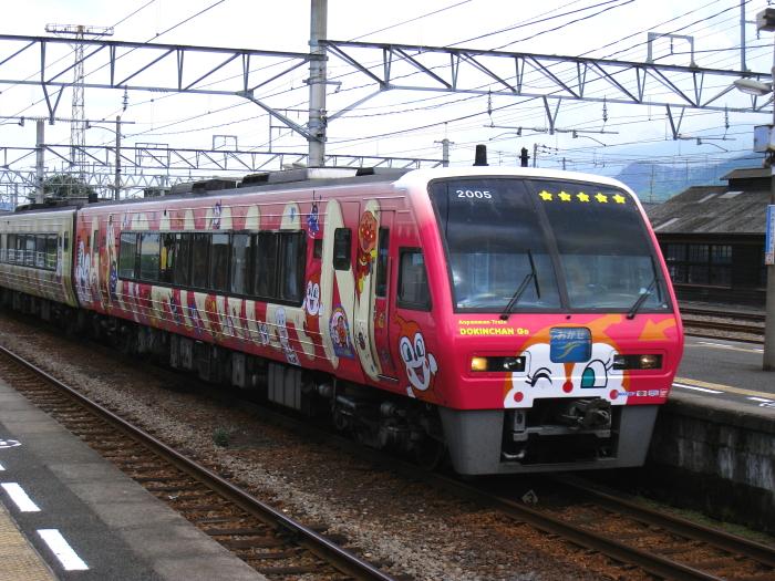 特急しおかぜ9号・アンパンマン号@伊予西条駅上り線ホーム(by IXY DIGITAL 910IS)