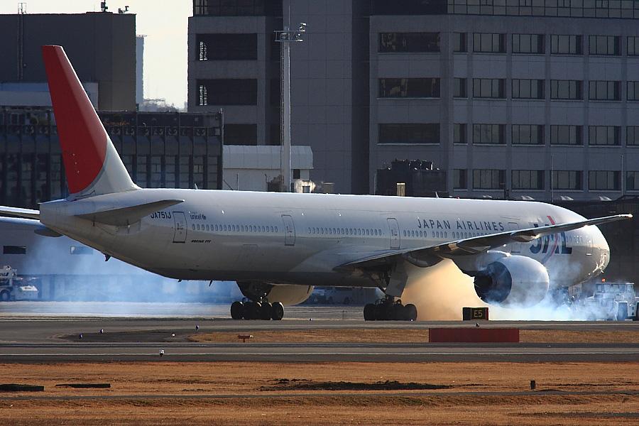 JAL B777-346 JAL2001@RWY14Rエンド・猪名川土手(by EOS40D with SIGMA APO 300mm F2.8 EX DG/HSM+APO TC2x EX DG)