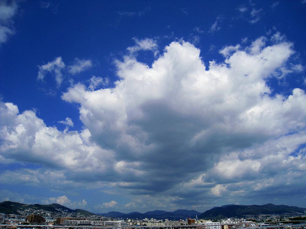 今日昼間の五月山方面の空@昼休み(by IXY DIGITAL 910IS)