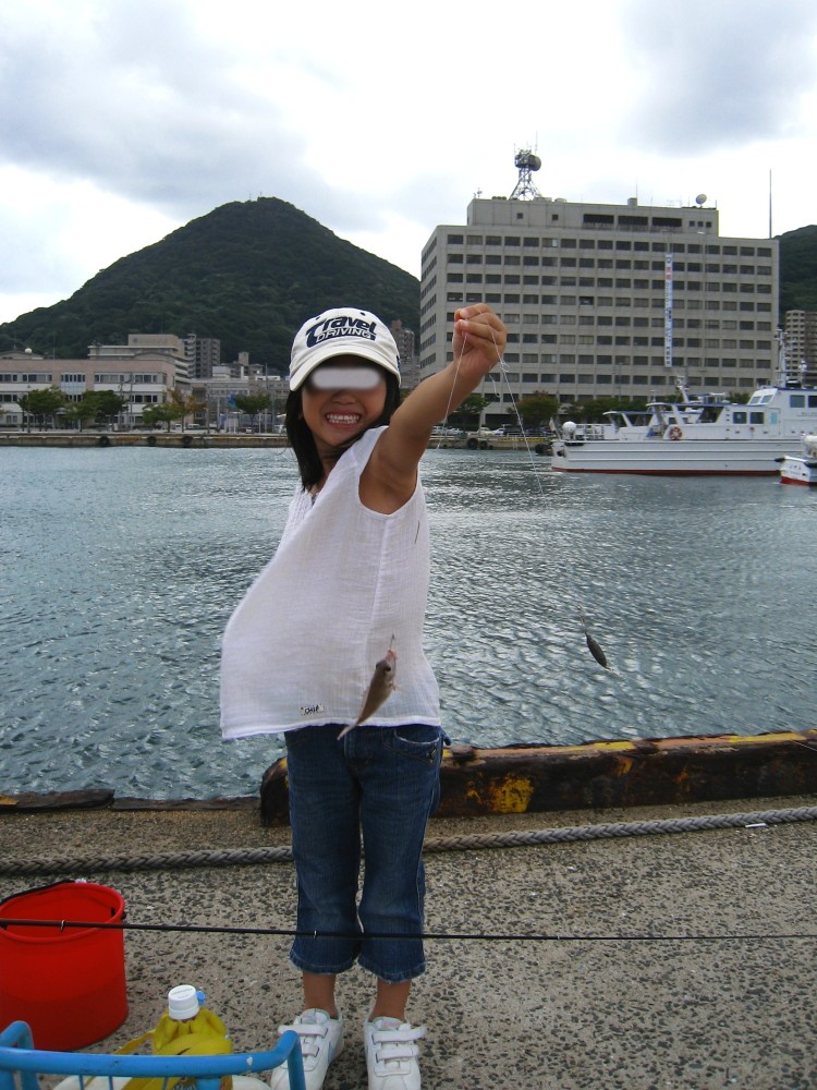 チビちゃん、子鯛を釣り上げる!@門司港・西海岸岸壁(by IXY DIGITAL 910IS)