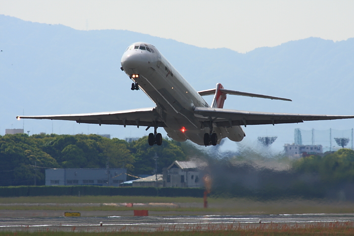 JEX MD-81 JEX2431@RWY14Rエンド(by 40D with SIGMA APO300/2.8EX DG+APO TC2x)