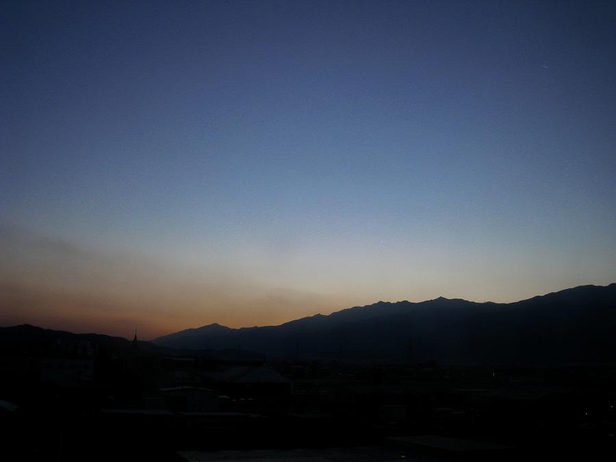 日の出前の東の空@ルートイン西条(by IXY DIGITAL 910IS)