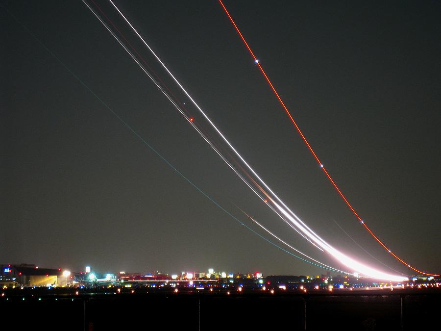 寒空の光跡(ANA B777-381 ANA40)@RWY14Rエンド・猪名川土手(by IXY DIGITAL 910IS)