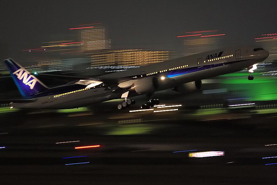 ANA B777-381 ANA36@大阪国際空港展望デッキ/ラ・ソーラ(by EOS40D with SIGMA APO 300mm F2.8 EX DG/HSM)