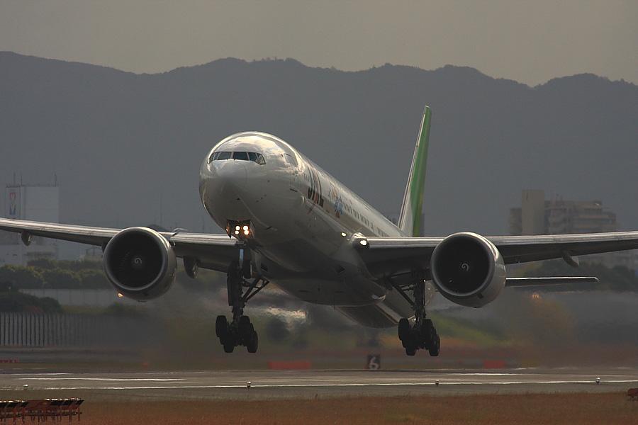 JAL B777-346ER JAL3002@RWY14Rエンド(by EOS40D with SIGMA APO 300/2.8EX DG+APO TC2x)