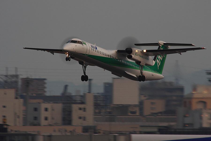 ANA DHC8-Q402 ANA1677@RWY14Rエンド・猪名川土手(by EOS40D with SIGMA APO 300mm F2.8 EX DG/HSM+APO TC2x EX DG)