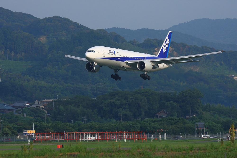 ANA B777-281 ANA257@福岡空港周辺・自衛隊席(by EOS40D with EF100-400/4.5-5.6L IS)