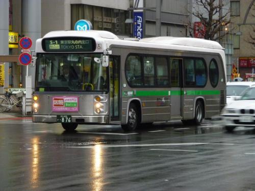 浅草浅草寺にて遭遇した妙な形のバス。観光地を巡る福岡で言う「ぐりーん」みたいなものみたい