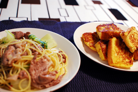 今日の昼飯、豚肉と白菜、小松菜のオイルベースパスタとフレンチ・トースト