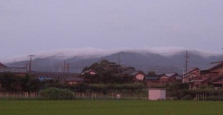 雲をかぶった山