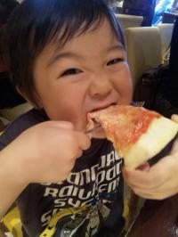 ピザ、ガブリ!!