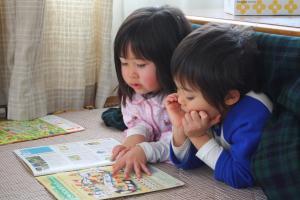 仲良く本読んでます。
