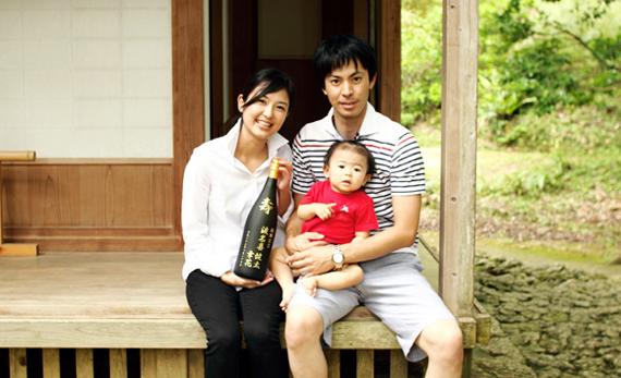 泡盛記念ボトルと家族写真
