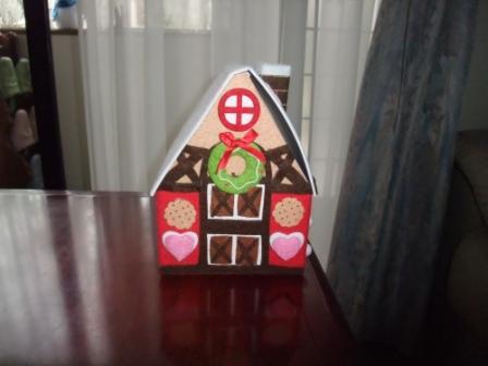 昨年頂いたお菓子のお家に生徒さん達のビンゴカードが入っています