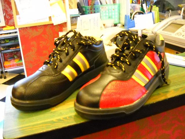 小さい70ml入りのスプレーだったら、ベース塗料と本塗り塗料で¥1,500位全部で¥3,000位で自分オリジナルの靴完成HA,HA,HA!