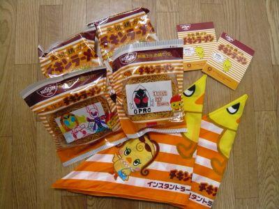 手作りチキンラーメンと調理時に使用したバンダナ、クイズの参加賞で頂いたチキンラーメンメモ帳。