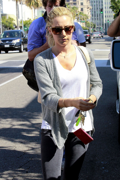 Actress+Ashley+Tisdale+goes+shopping+Los+Angeles+0C_JQHUuOC1l.jpg