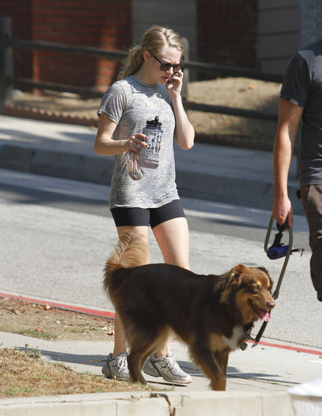 Amanda+Seyfried+Taking+Finn+Walk+DIZ52v62ORXl.jpg