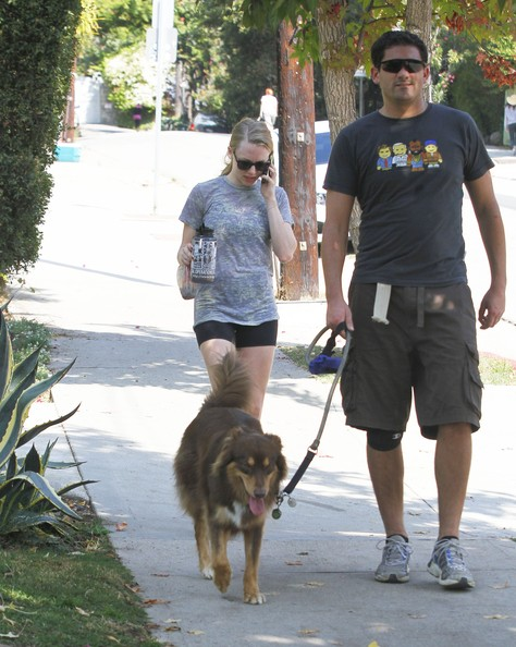 Amanda+Seyfried+Taking+Finn+Walk+gva3qA7pt16l.jpg