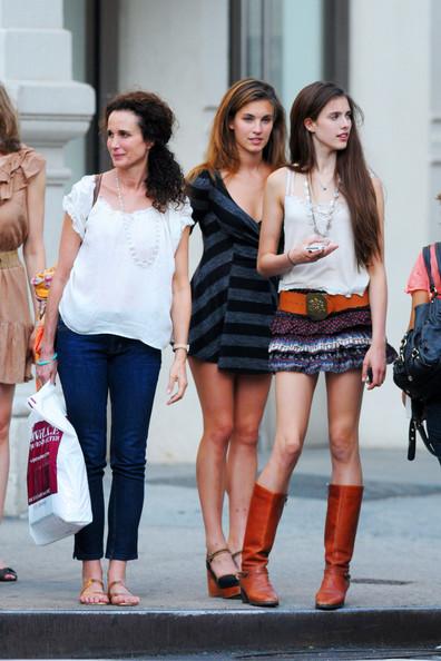 Andie+MacDowell+seen+shopping+SOHO+daughters+_UGl52r1ldRl.jpg