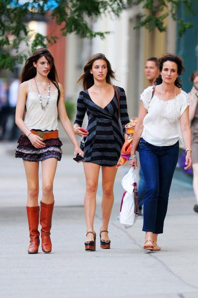 Andie+MacDowell+seen+shopping+SOHO+daughters+gGoFiKILOaAl.jpg