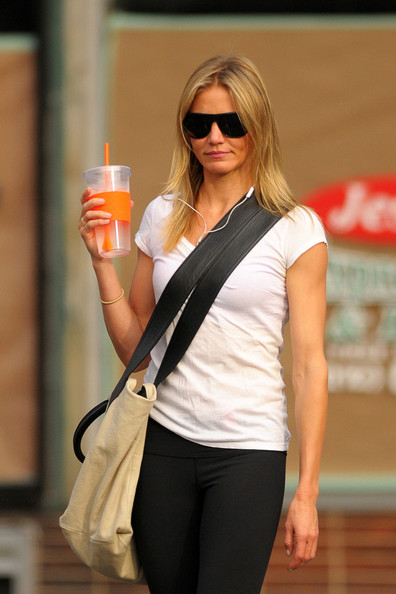 Cameron+Diaz+sips+water+bottle+walks+down+f6Vtzayms2hl.jpg