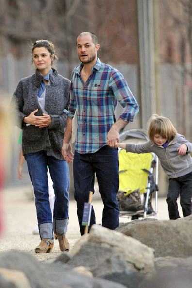 Keri+Russell+carries+newborn+daughter+Willa+DWDCZ2LsINZl.jpg