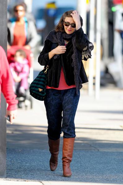 Maggie+Gyllenhaal+shows+off+fall+fashion+spends+YbLtW_dPNnxl.jpg