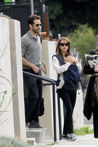 Natalie+Portman+carries+baby+son+Aleph+Baby+R5kZjHAHW_sl.jpg