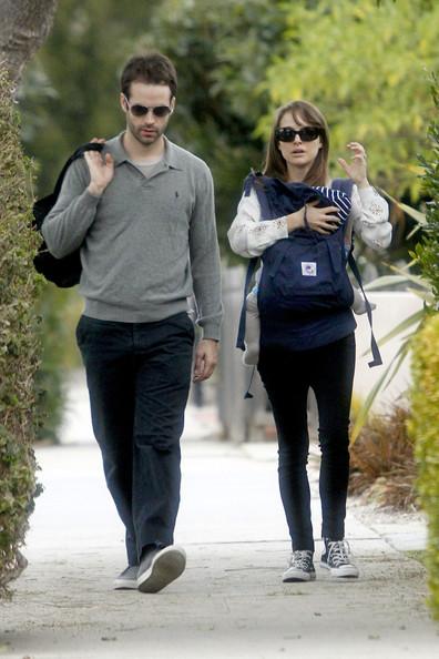 Natalie+Portman+carries+baby+son+Aleph+Baby+f3w4UmV3HnFl.jpg