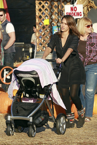New+mom+Jessica+Alba+takes+daughters+Honor+7_HGD1-c7XAl.jpg