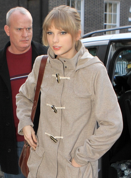 Taylor+Swift+Visits+Cameron+Mackintosh+London+fjVRezWFEiPl.jpg