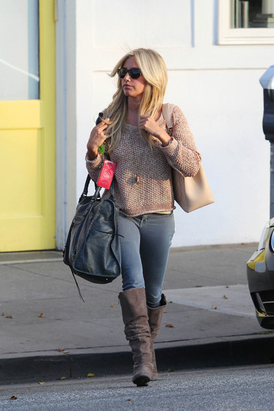freshly+styled+Ashley+Tisdale+emerges+Byron+-8yydwyG3JBl.jpg