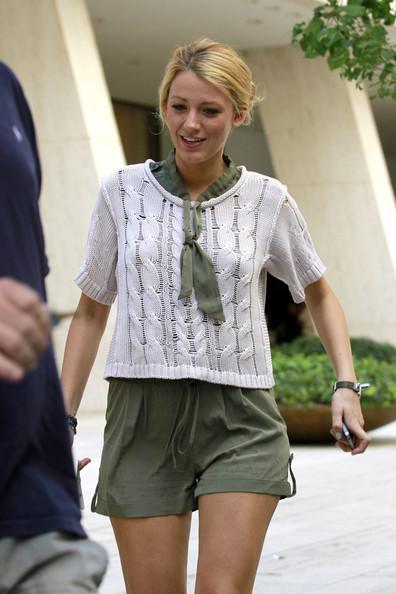 leggy+Blake+Lively+accessorised+white+Chanel+tZLyMz0FifRl.jpg