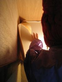 壁紙屋本舗の壁紙を貼る女将