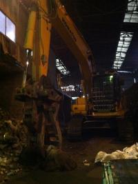 大阪産業廃棄物ゴミ捨て場のショベルカー