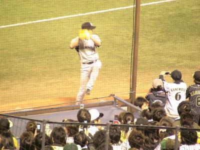 ブルペンで投球練習する藤川選手