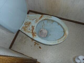 トイレ便座を外すと。。