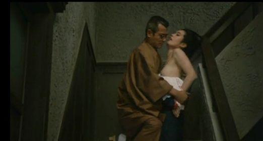 【白都真理】階段の踊り場で脱がされ乳首露出