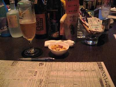 うまなりのカウンターに函館SSの新聞を広げる図