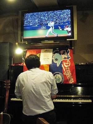 ピアノ弾き語りの石野巻さんとプロ野球中継