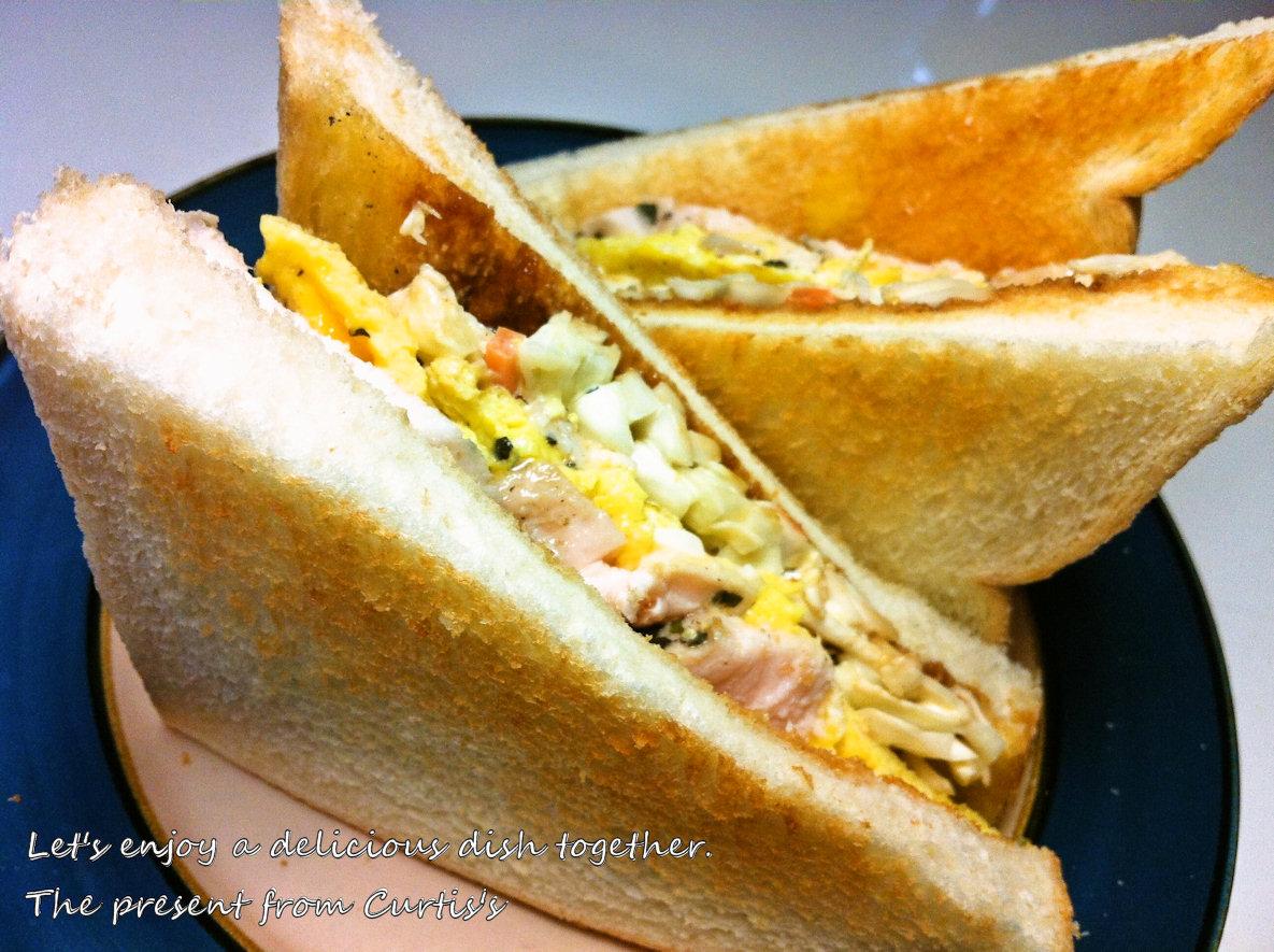鶏ハムとコールスローのサンドウィッチ