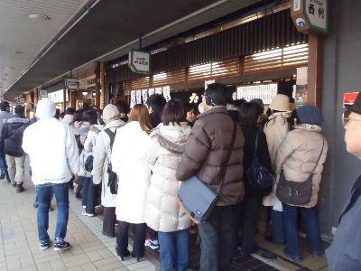 和菓子の有名店は長蛇の列