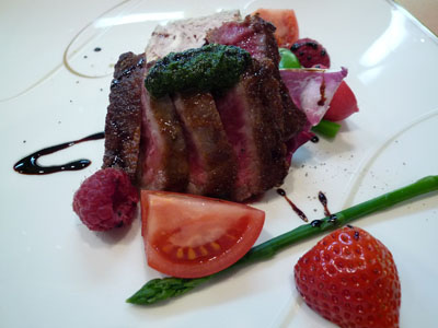 フォアグラのテリーヌ、牛肉バジルのソースバルサミコ添え