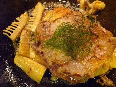 豚ロース肉ひっくり返して、タケノコも焼いて