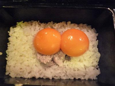 卵の黄身を。。。