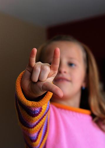 小指、人差し指、親指の3本を同時に立てると「I LOVE YOU」