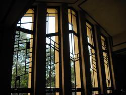 ホールの大きな窓