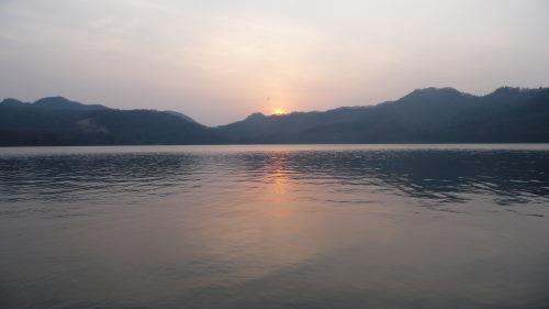 大沼湖に浮かぶ夕日2